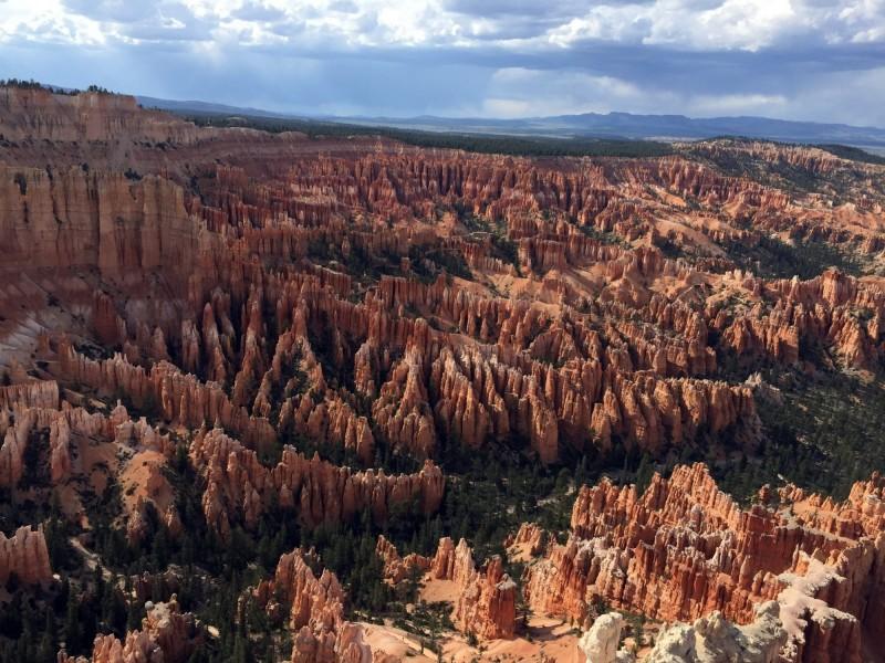 布萊斯峽谷國家公園佔猶他州南部14245公頃,以多色的岩層或石林而聞名,每年吸引約200萬的遊客。(美聯社資料照)