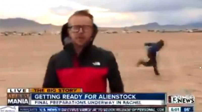 一名記者在51區外播報時,意外捕捉有人正「火影跑」路過。(圖擷自Chaos推特)