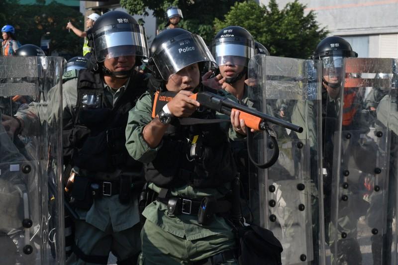 香港示威者今日3點至5點於屯門公園附近舉行遊行活動,活動期間警民衝突越發嚴重,警方不正當使用暴力,發射一枚海綿彈。(法新社)
