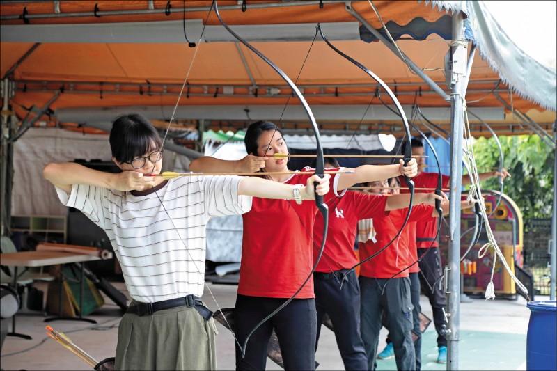 在射箭時保持內心平靜,專注在手上的弓箭與眼前的箭靶上。(記者陳宇睿/攝影)