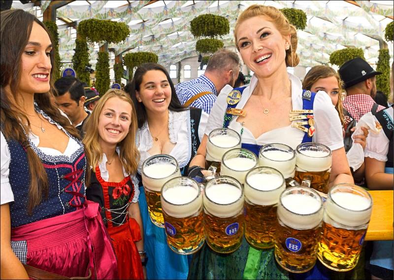 德國「慕尼黑啤酒節」21日「開喝」。(法新社)