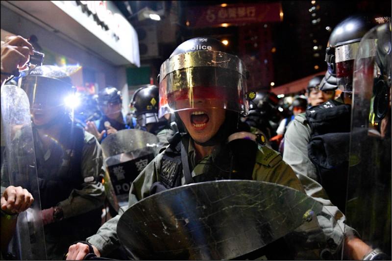 香港特區行政長官林鄭月娥強推「逃犯條例」修訂案,容許將中國認定為罪犯的香港公民引渡至中國受審,更將這類干預推至頂峰。這種肆無忌憚的「越界執法」,引爆了迄今已逾百日的大規模抗議行動。(法新社)