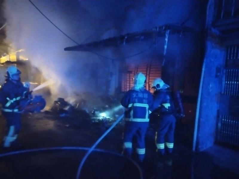 消防人員到場救災。(記者江志雄翻攝)