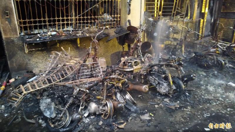 屋前停放的機車及腳踏車,疑似起火點。(記者江志雄攝)