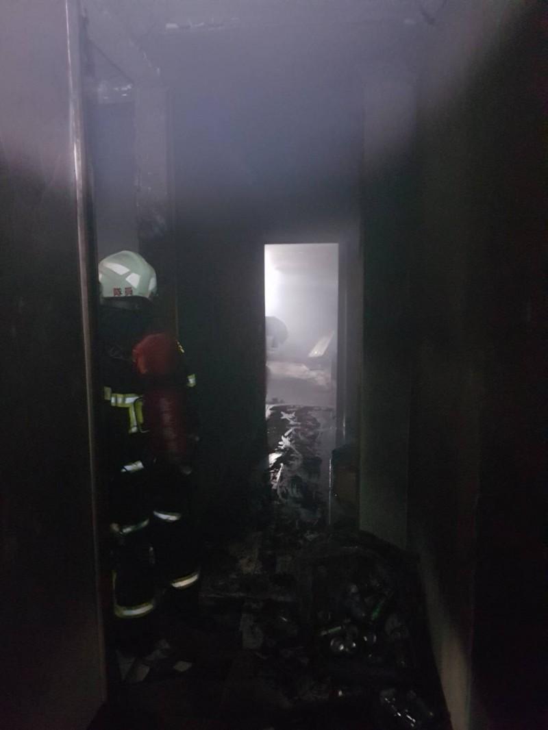 消防人員進入火場處理及排煙。(記者陳賢義翻攝)