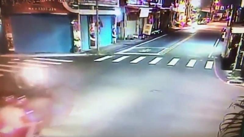 花蓮市周姓少年無照騎機車行經德安一街與中原路口時,闖紅燈撞死徐姓男子。(記者王錦義翻攝)