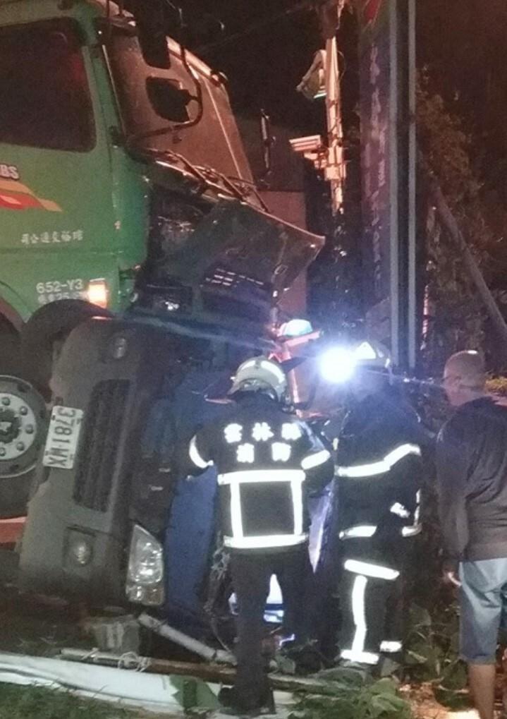 雲林元長客厝國小附近縣道145線道路與鄉道雲172線道路昨天晚上發生飼料車與小貨車相撞意外,小貨車上2人傷重不治。(民眾提供)