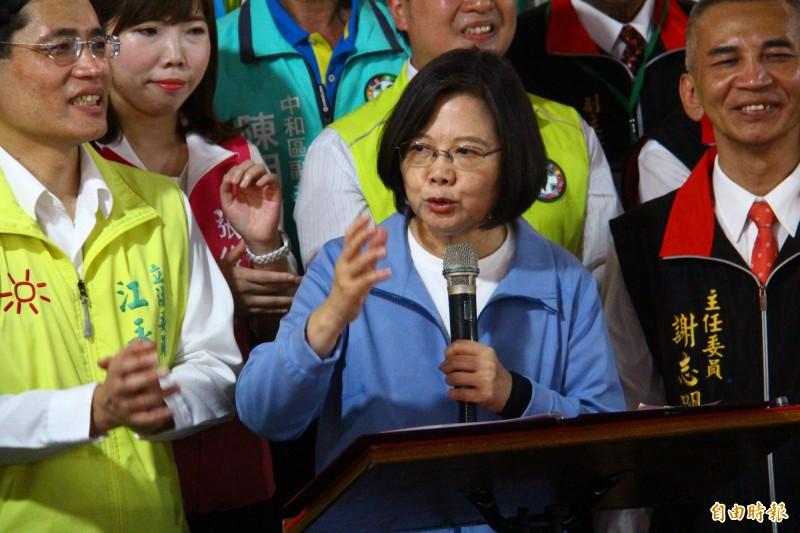 蔡英文喊出台灣要團結來維持民主和自由。(記者邱書昱攝)