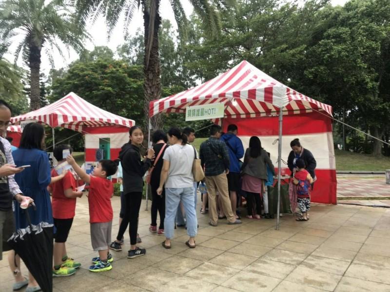 活動從昨下午4點開始,當時尚未下雨,吸引許多親子參加趣味節電闖關活動。(記者鄭名翔翻攝)