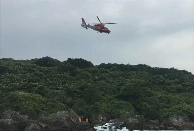 遊艇擱淺小琉球 海陸空3路齊發急救援