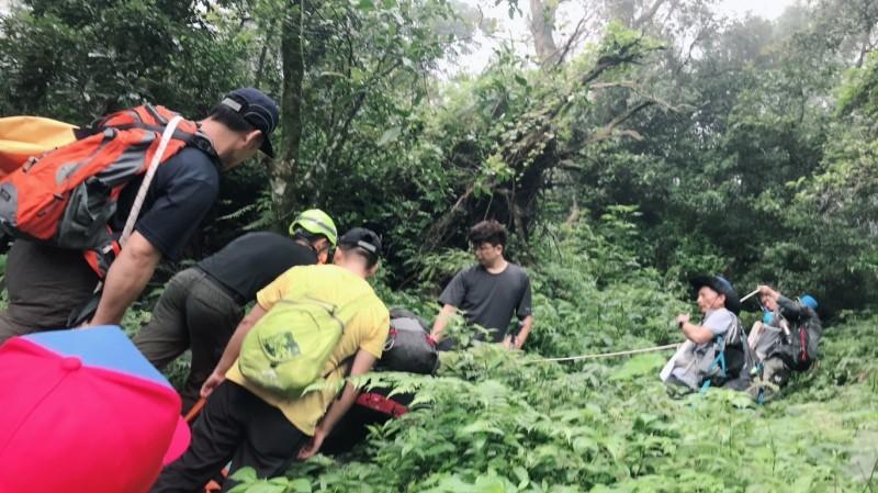 登北大武山跌落邊坡 救難人員接力搶救下山