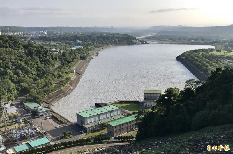圖左下為設於緊鄰石門水庫後池的石門電廠,靠著水力發電,讓水庫大賺一筆綠能財。(記者李容萍攝)