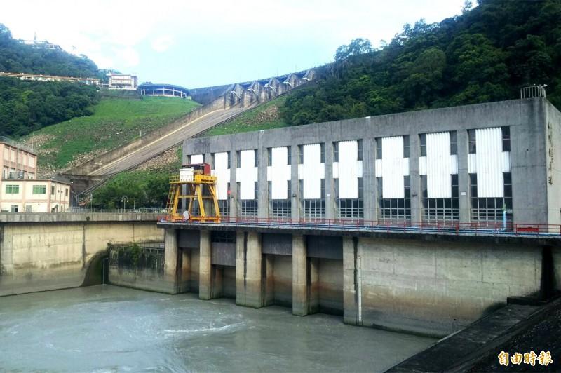 石門電廠靠著水力發電,讓石門水庫大賺一筆綠能財。(記者李容萍攝)