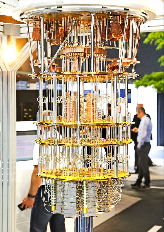 美國國際商業機器公司(IBM)去年六月在德國漢諾威資訊科技展(CeBIT)上,展出其開發的「量子電腦」。(歐新社檔案照)