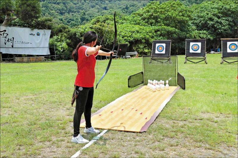 【弓箭保齡球】透過射出的安全箭,把保齡球擊倒。(記者陳宇睿/攝影)