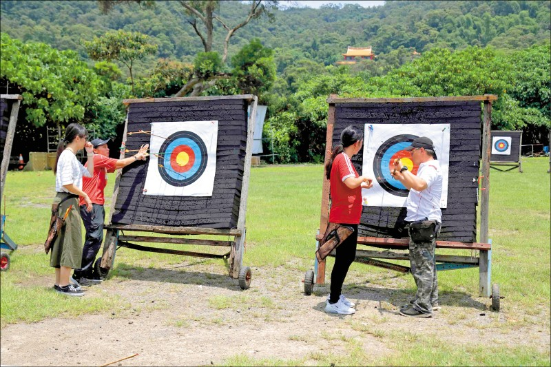 透過教練的指導,能讓人更了解射箭的技巧與精華。(記者陳宇睿/攝影)