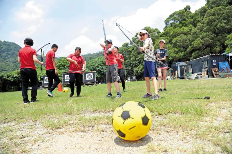 【弓箭足球】可分為不同的競賽玩法,其中分兩小隊,用安全箭射擊足球,先將球射回原點的隊伍獲勝。(記者陳宇睿/攝影)
