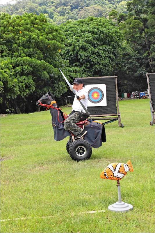 【騎射】初學者以簡單的騎馬機為主,感應式的騎馬機需有一定的程度,並在教練的指導下才可使用。(記者陳宇睿/攝影)