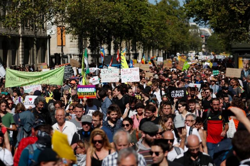 綠色和平等非政府組織舉辦的對抗氣候變遷遊行,吸引大批民眾到場。(法新社)