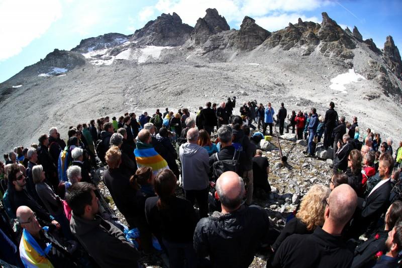 阿爾卑斯山脈冰川融化 瑞士百人穿黑衣送葬