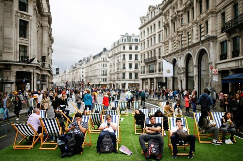 塔橋上做瑜珈、路中央睡躺椅 倫敦慶世界無車日