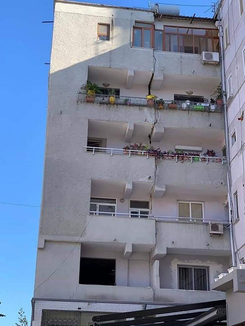 有一棟公寓大樓嚴重受損,裂痕從6樓延伸到1樓地面。(美聯社)