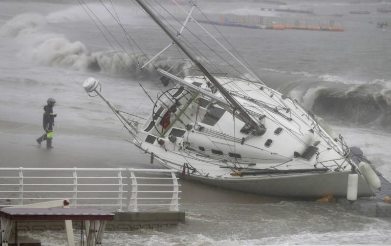 塔巴颱風在韓國造成災情,至少釀成1死2傷,濟州島機場也取消359個起降航班。(歐新社)