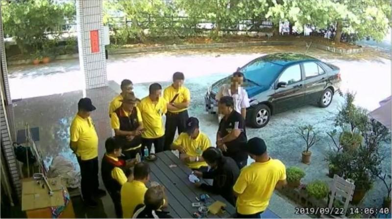 這群身穿黃衣的不速之客,闖入別人家院子裡打牌聊天,留下菸蒂與垃圾之外,還對著院子裡的樹木小便。(圖取自爆怨公社臉書)