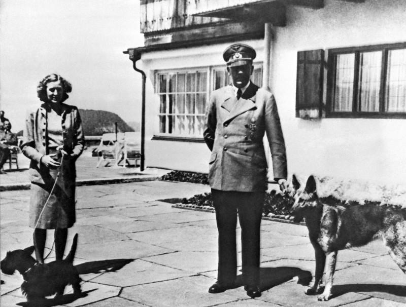 納粹德國元首希特勒(右)妻子伊娃·布朗(左)的兩件內褲和一件睡衣,在英國拍賣會上引起搶購。(美聯社)