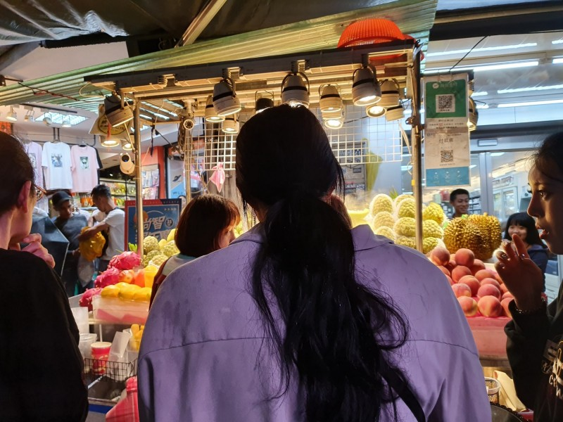 士林夜市某家水果攤又被爆出販售高價水果坑殺外國觀光客。(圖擷取自爆廢公社)