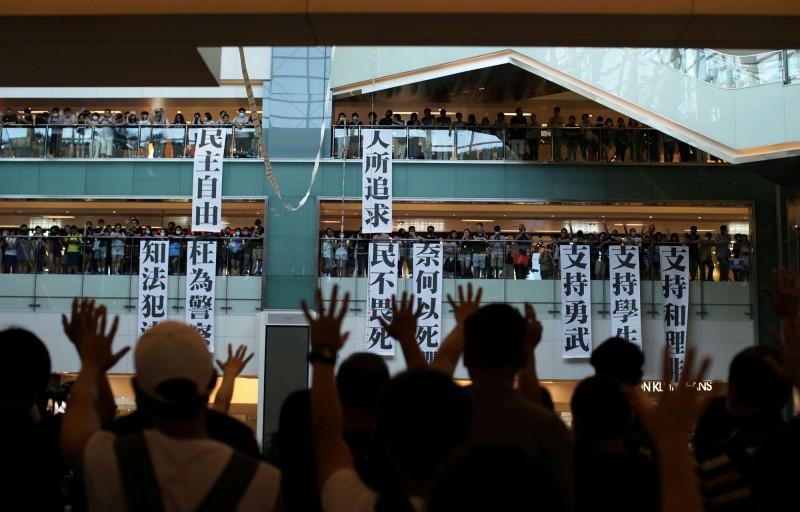 反送中》示威者沙田商場「和理shop」遭警催淚彈清場