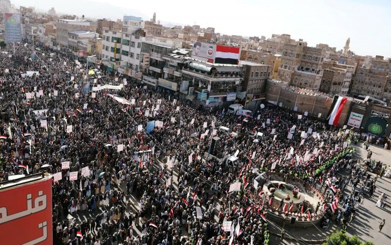 葉門叛軍「青年運動」支持者昨(21)日出席奪下葉門首都沙那5週年的慶祝活動。此前,「青年運動」於20日宣布停止對沙烏地阿拉伯的攻擊行為。(路透)