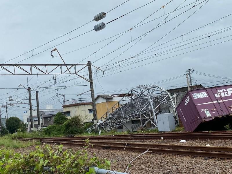 今年第17號颱風塔巴撲日,在日本九州引發災情,JR車站的鐵塔也倒塌。(圖擷自推特)