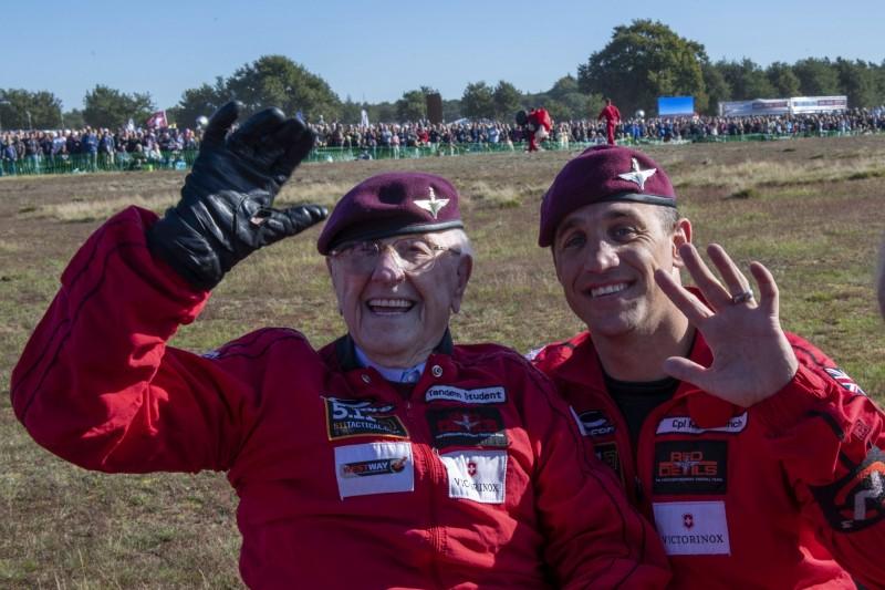 老兵科爾特曼與紅魔傘團成員。(美聯社)