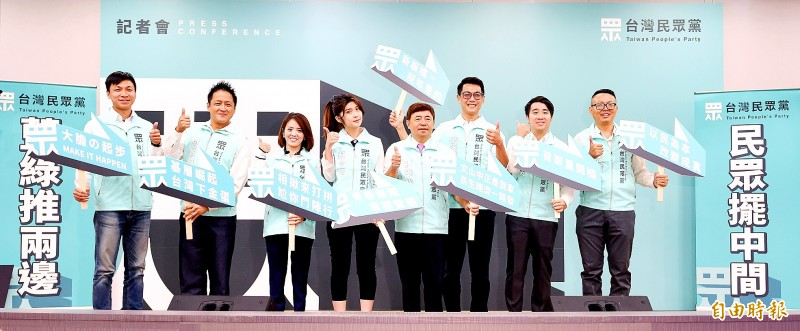 The Taiwan People's Party holds a news conference in Taipei yesterday formally announcing its first wave of legislative nominees, including Keng Kim-yung, second left, and Taipei City Councilor Hsu Li-hsin, right. Photo: Chu Pei-hsiung, Taipei Times