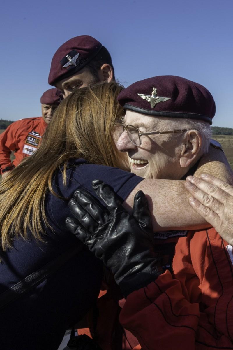 老兵科爾特曼跳傘安全著陸後,接受看護員熱情的擁抱。(歐新社)