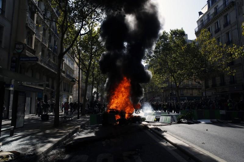 激進的示威者則焚燒街上物品並打碎路旁商家玻璃。(美聯社)