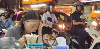 1名年輕粉領族騎車時,不小心春光外洩,被旁邊民眾目擊全程。(圖擷取自爆廢公社)