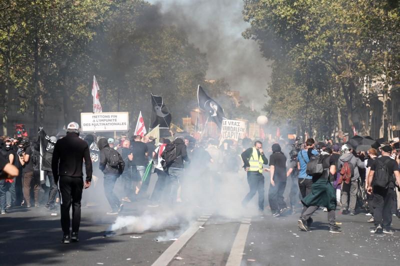法國警方施放催淚煙,以驅離混入氣候遊行中的「黃背心」示威者。(法新社)