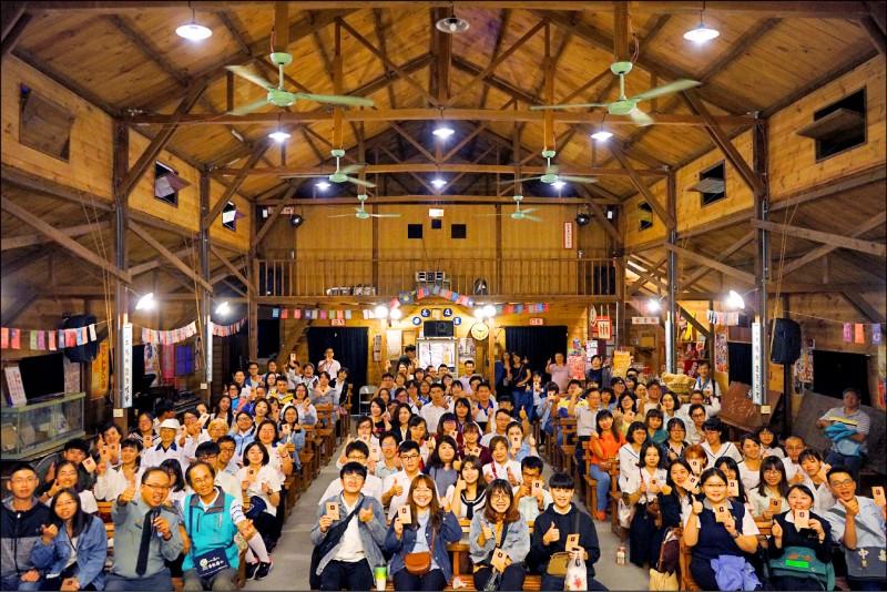 大林萬國戲院播放國片「返校」,觀眾穿著學生制服感受電影情節。(攝影師陳華宏提供)