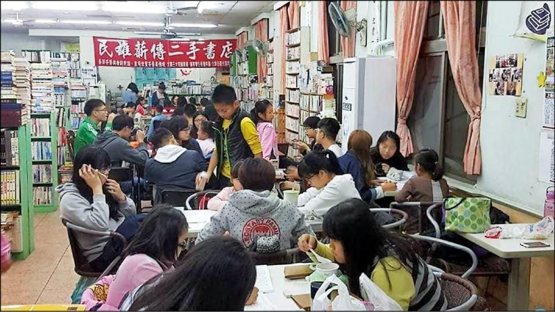 民雄薪傳二手書店發起「清寒學生免費一對一家教」。(記者蔡宗勳翻攝)