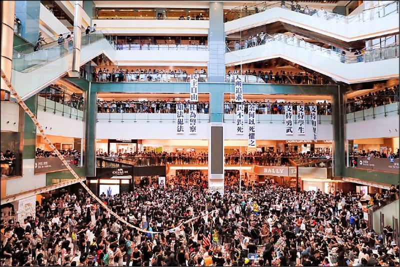 由於香港知名連鎖食品集團「美心集團」創辦人長女伍淑清日前公開表態支持港警,新城市廣場的示威者故意在翠園酒樓、潮庭等餐廳排隊領號碼牌,串接成長達百米的紙條,並高呼「黑心美心」口號。(美聯社)