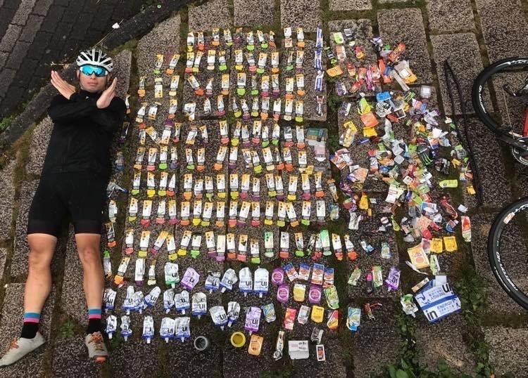 921當天舉辦的武嶺自行車活動,熱心車友沿途撿拾被丟棄的體力補充包垃圾,以「真人開箱」呈現武嶺自行車活動激情之後,引起熱烈迴響。(圖擷取自臉書社團「公路車的交流天地」)