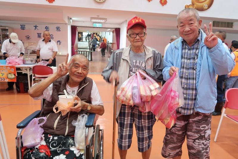 新北市立仁愛之家的長輩參加完園遊會「有吃又有拿」,露出開心的表情。(社會局提供)