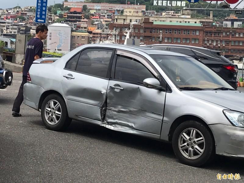 被撞的王姓駕駛下車查看車損(記者吳昇儒攝)