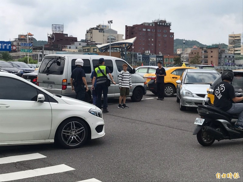 警方趕抵現場處理事故(記者吳昇儒攝)