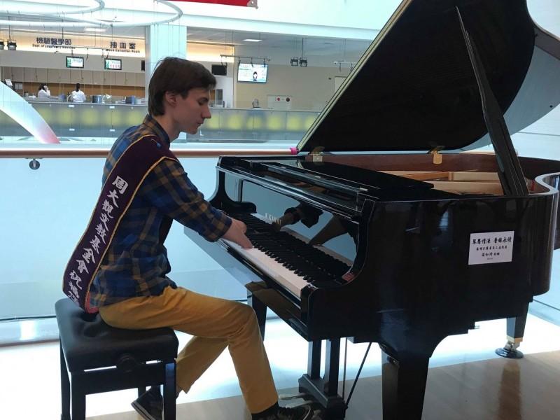 無掌鋼琴家現身陽大附醫 堅毅生命力全場受感動