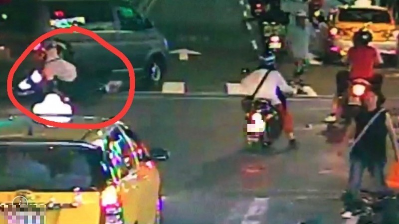 騎贓車邊抽菸遭攔查 他竟猛催油門將警察拖行近百米