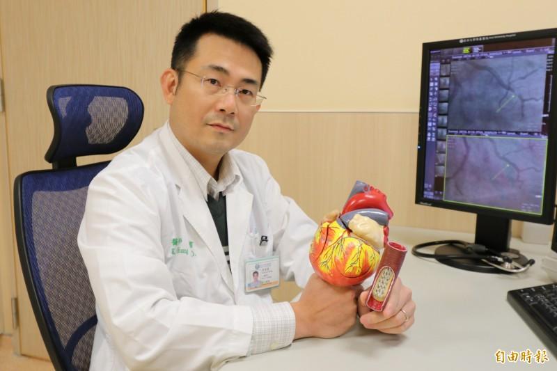 網路謠傳量血壓有公式,亞大醫院心導管室主任黃國書提醒,民眾不要誤信謠言,要隨時掌握血壓數值,才能降低心血管疾病的風險。(記者陳建志攝)