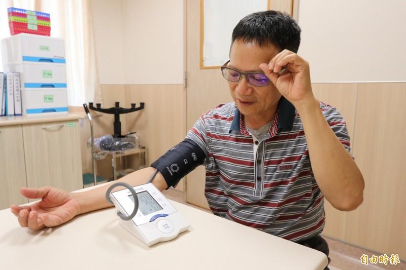 黃國書主任提醒長輩,要養成每天定時測量血壓的習慣。圖為情境照,圖中人物與本文無關。(記者陳建志攝)